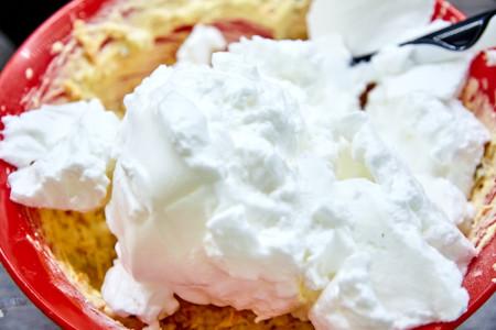 Добавляем их в тесто для морковного пирога с глазурью из маскарпоне с лаймом