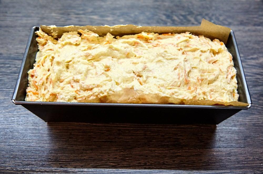 Выкладываем тесто в форму для морковного пирога с глазурью из маскарпоне с лаймом