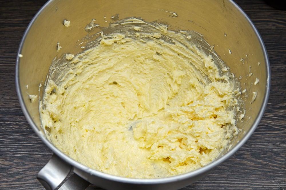 Взбиваем смесь в легкую воздушную массу для лучшего песочного печенья по версии Джейми Оливера
