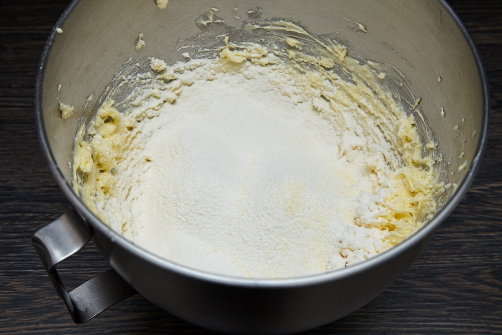 Sift 250 g of first-grade wheat flour to the bowl for the best shortcake according to Jamie Oliver