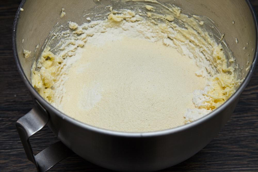 Добавляем манку для лучшего песочного печенья по версии Джейми Оливера