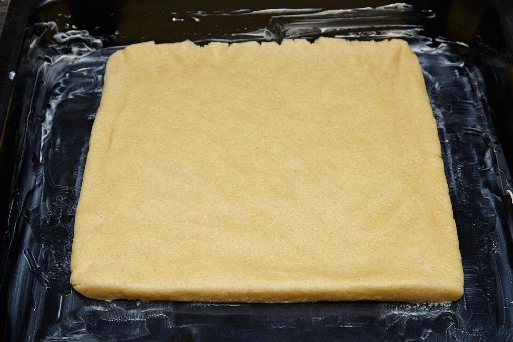 Выкладываем тесто на противень для лучшего песочного печенья по версии Джейми Оливера