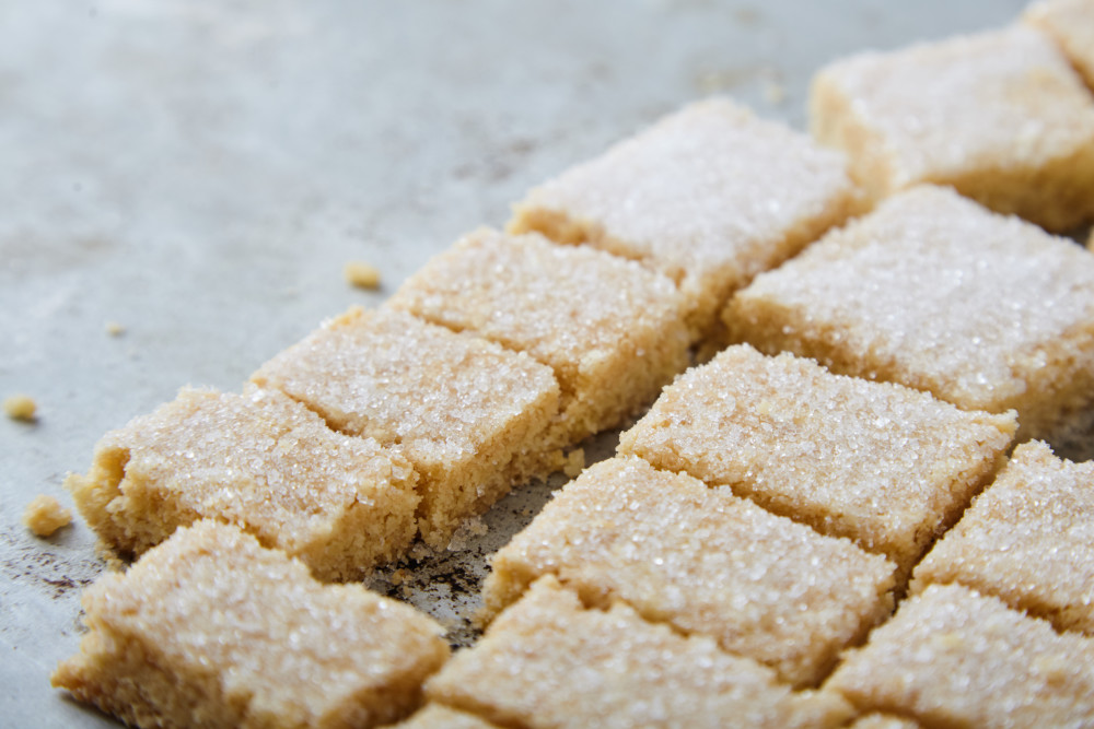 Cut into portions the best shortcake according to Jamie Oliver