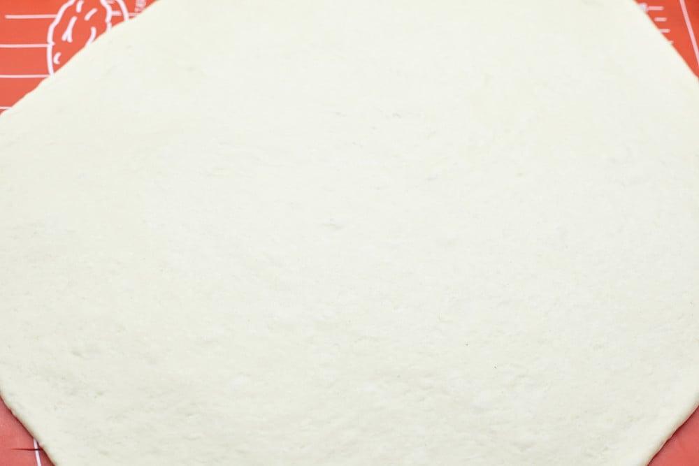 Раскатываем тесто толщиной не более 1 см для итальянских хлебных палочек гриссини