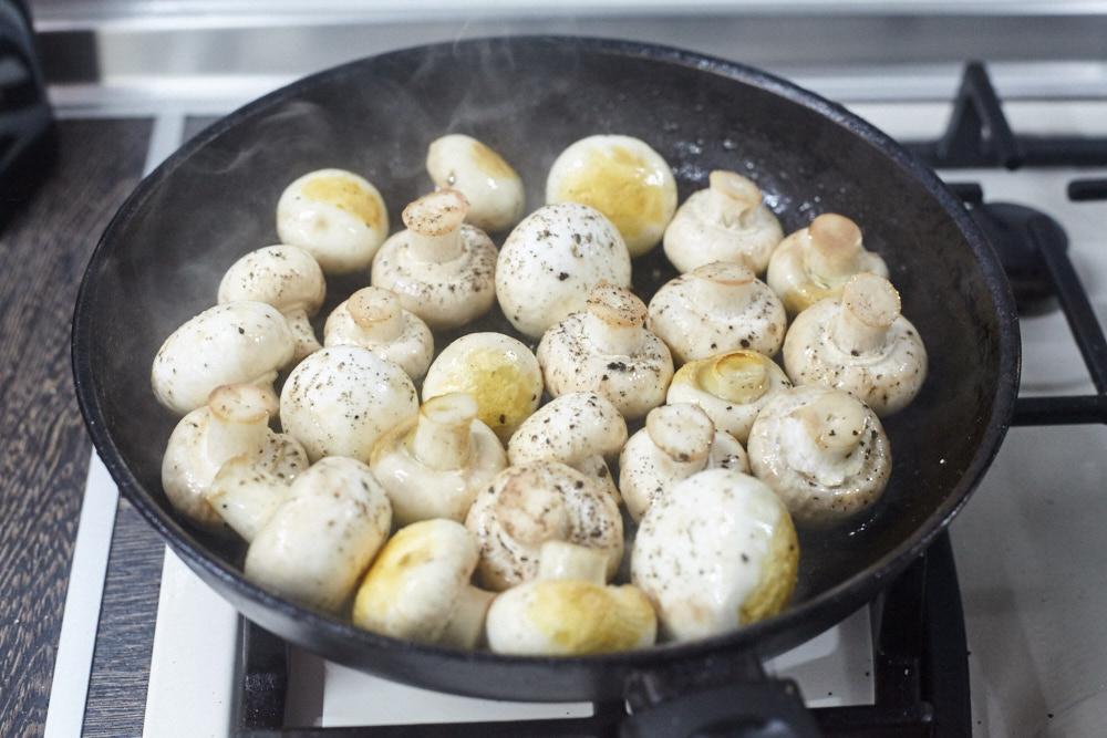 Перемешиваем грибы во время жарки для маринованных шампиньонов от Гордона Рамзи