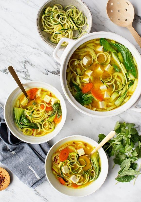 #12 Золотой суп мисо с лапшой и куркумой - Рецепт от Loveandlemons |30+ рецептов из кабачков