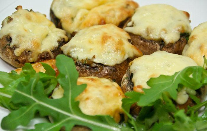 #9 Шампиньоны, фаршированные рукколой и орехами - Рецепт от Blog-food   10 рецептов из шампиньонов
