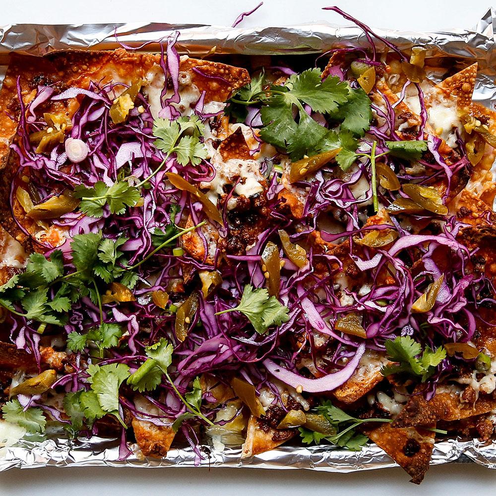 #15 Начо из свинины по-азиатски с красной капустой и зеленым луком - Рецепт от Bonappetit| 20 идей для рецептов из капусты