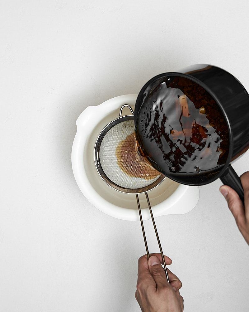 Процеживаем полученный тайский холодный чай через мелкое сито в подходящую емкость