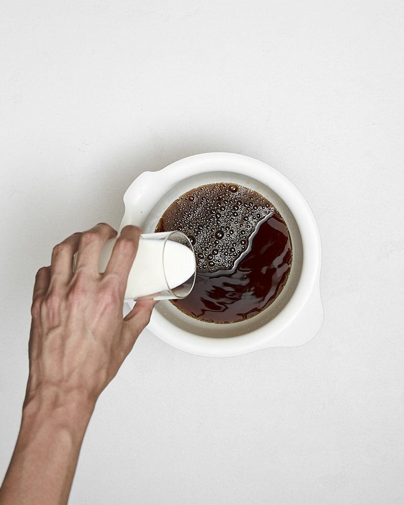 Добавляем молоко в тайский холодный чай
