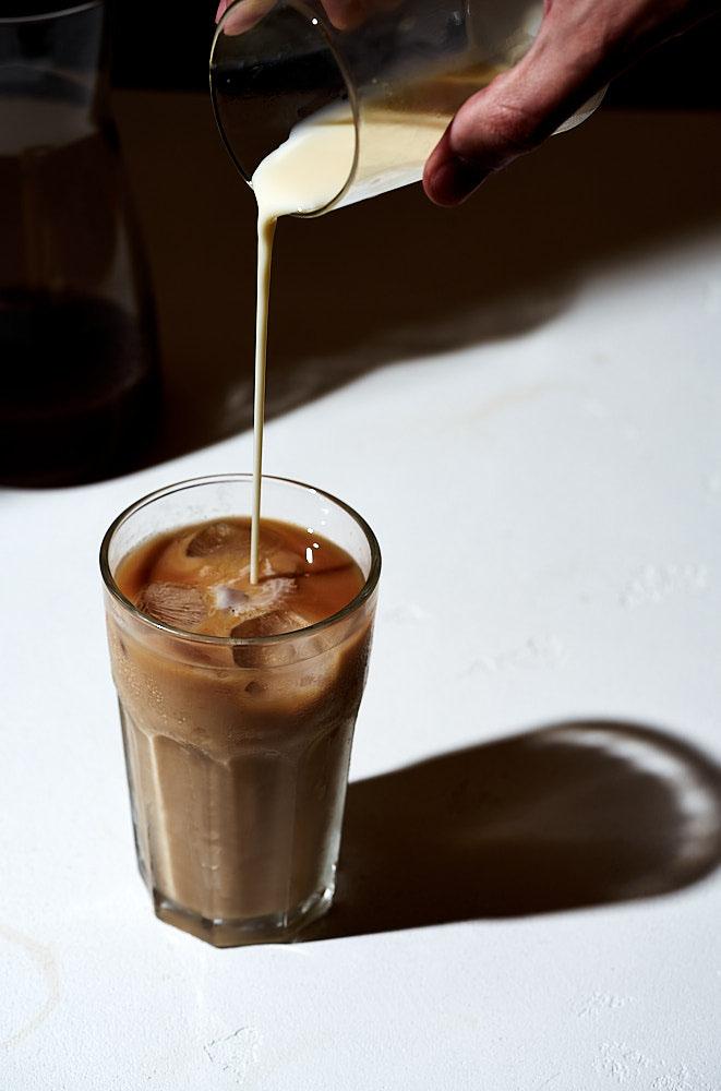 Подаем тайский холодный чай в высоких стаканах, по желанию - со льдом.