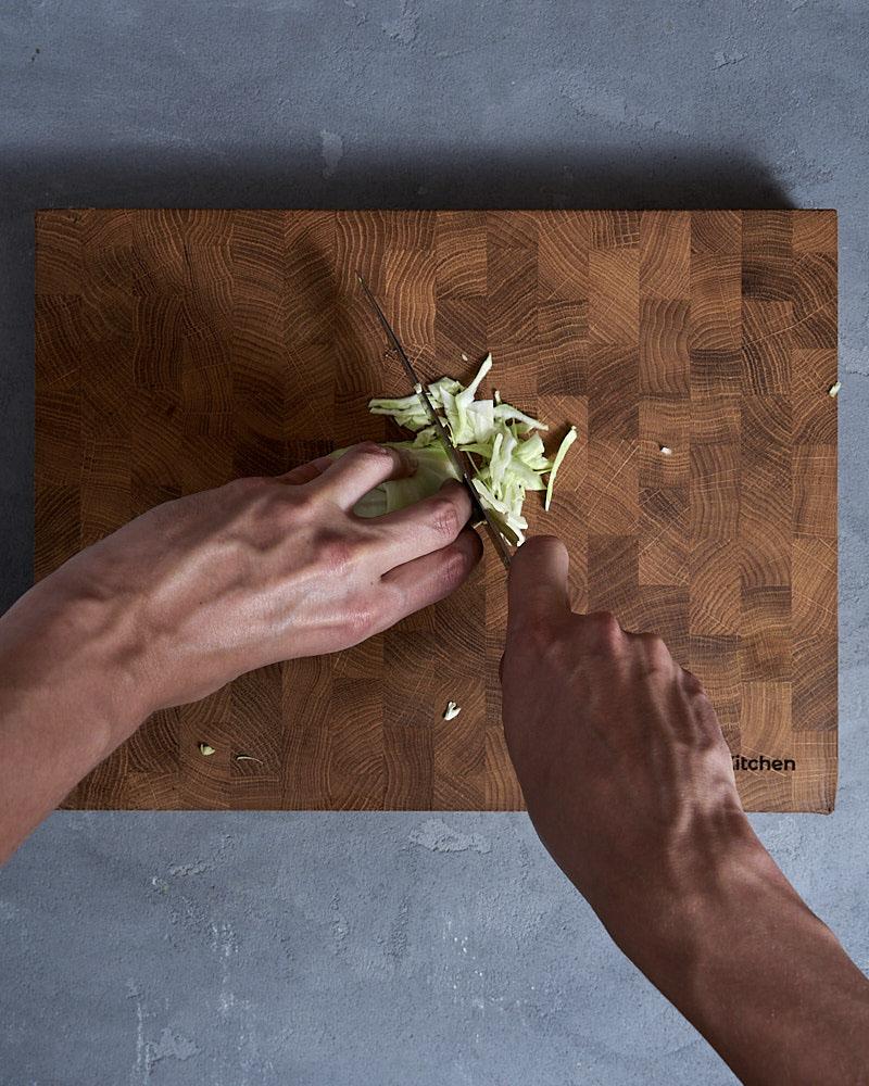 Полосы шинкуйте тонкой соломкой. Оптимальный размер – 0,2 сантиметра, как у картофеля.
