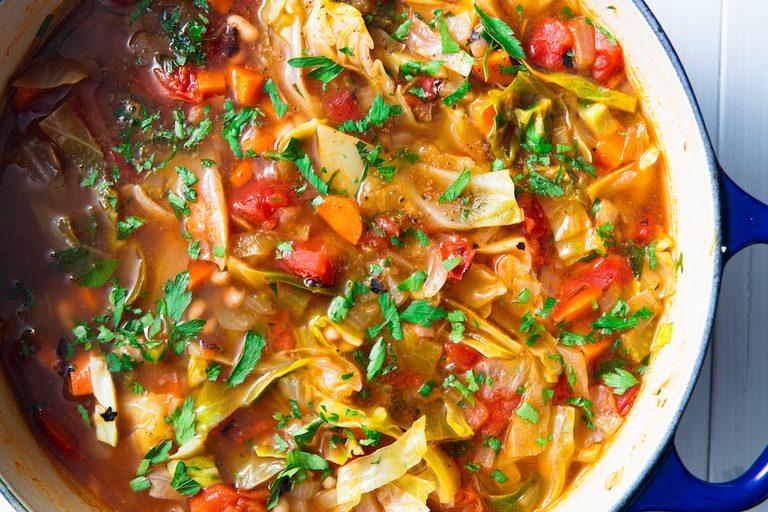 #3 Вегетарианский капустный суп Рецепт от  Delish| 20 идей для рецептов из капусты