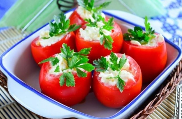 #12 Tomatoes stuffed with garlic and cheese  -  Delo-vcusa's recipe | 12 garlic recipe ideas