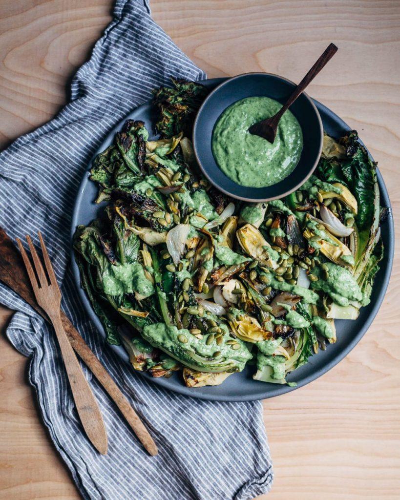 #6 Овощной салат на гриле с романо, авокадо и кефирной заправкой.